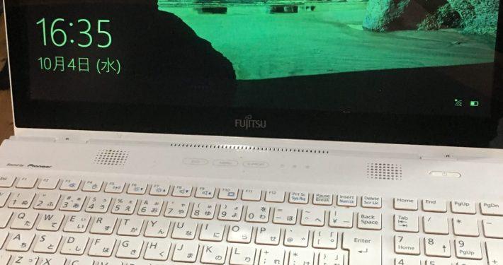 故障のため液晶画面が緑色のノートパソコン